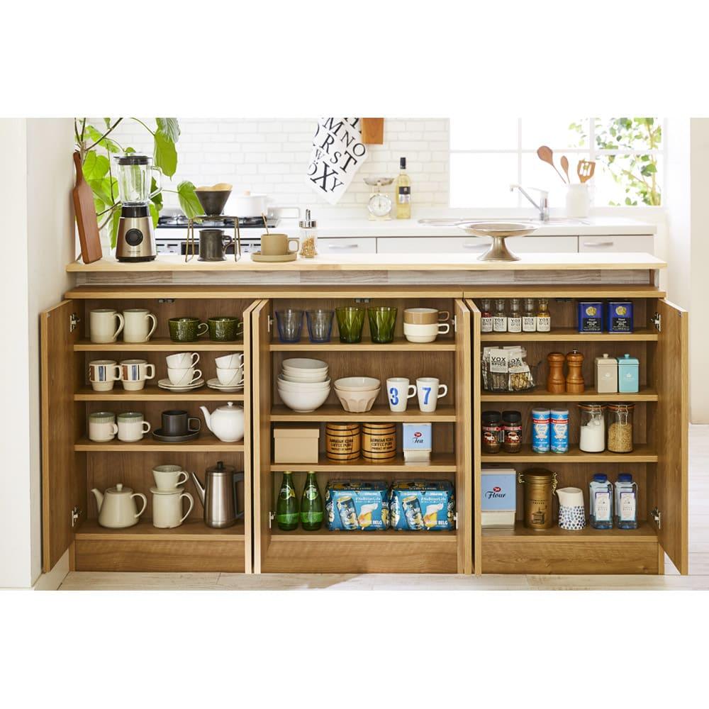 扉つきカウンター下収納 幅119cm(4枚扉) 棚有効奥行15cmなので、皿やコップなど食器類がぎっしり収納できます。