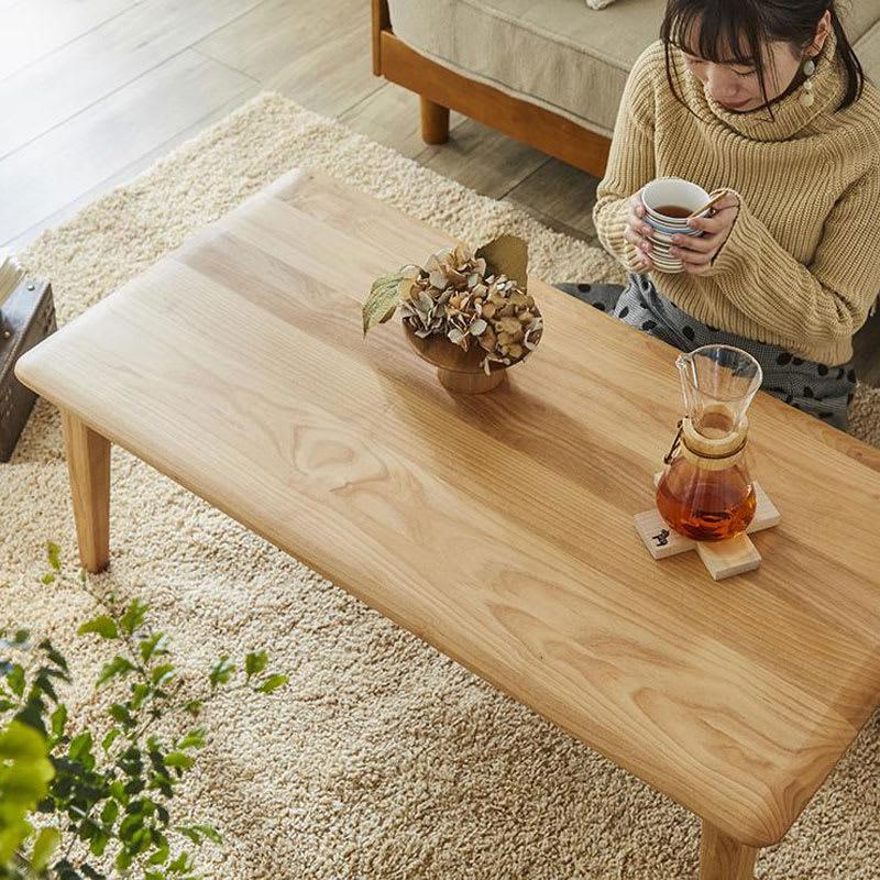角の丸みが優しい天然木テーブル 天板はアルダー無垢材を使用。素材の風合いを存分に生かせるオイル塗装を施しました。