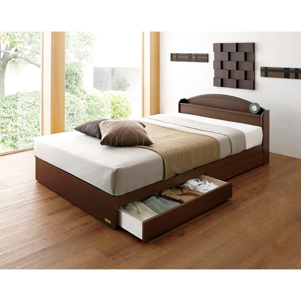 フランスベッド 天然木棚付き引き出しベッド マルチラススーパースプリングマットレス付き 使用イメージ(ア)ブラウン  ※写真はセミダブルです。