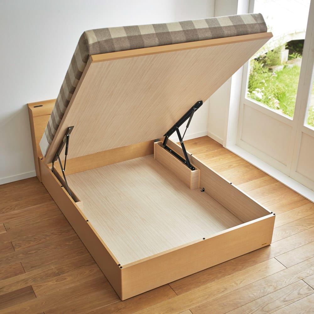 FranceBed(フランスベッド) 棚照明付き跳ね上げベッド 縦開きタイプ ナチュラル 季節ごとの寝具やスーツケースなど、普段使わない大きなアイテムも収納できます。