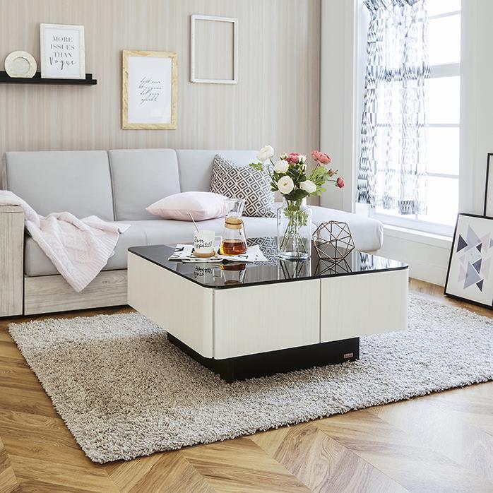 収納付きガラス天板リビングテーブル 80cm×80cm[国産] コーディネート画像 ホワイト系のインテリアでまとめました。