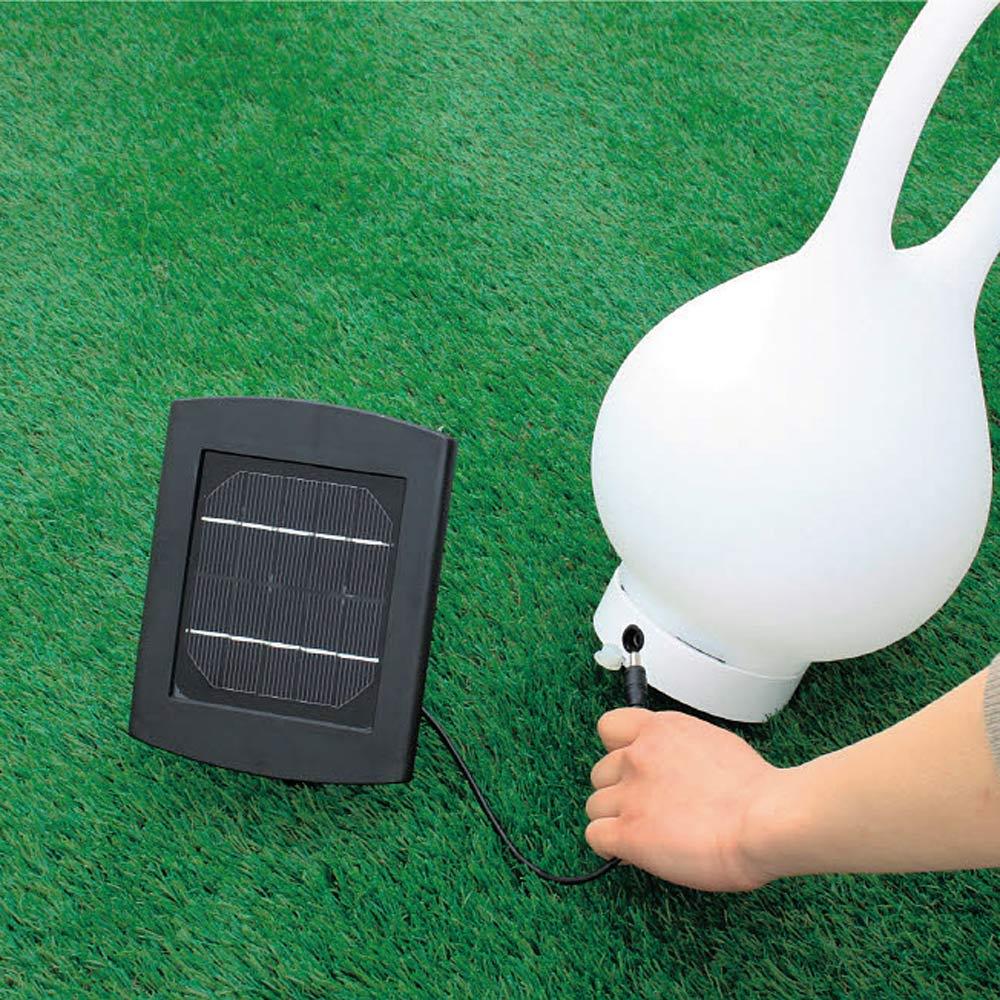 ハンディソーラーライト フロール 充電は付属のソーラーパネルに接続するだけ。