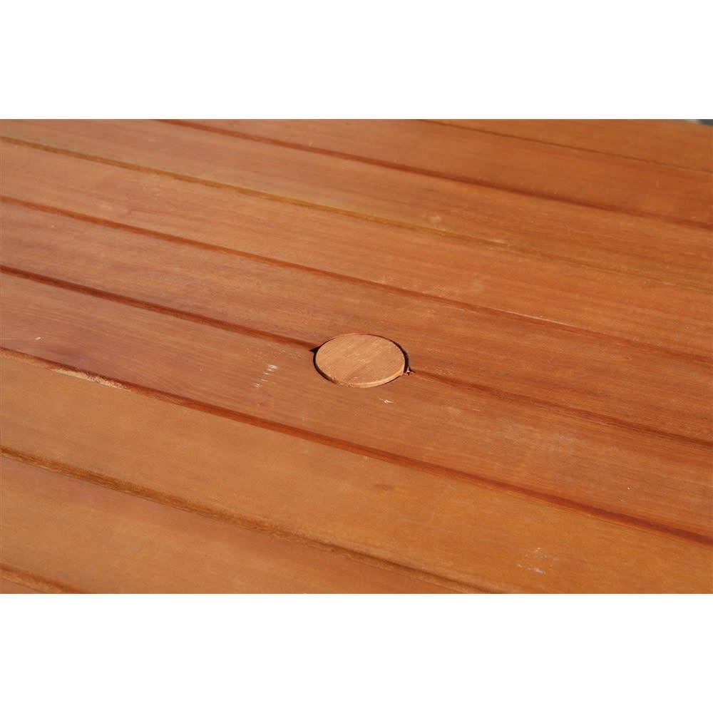 スタンダードガーデンファニチャー 4点セット(テーブル+チェア1脚×2+ベンチ) パラソルホールの穴が開いています。