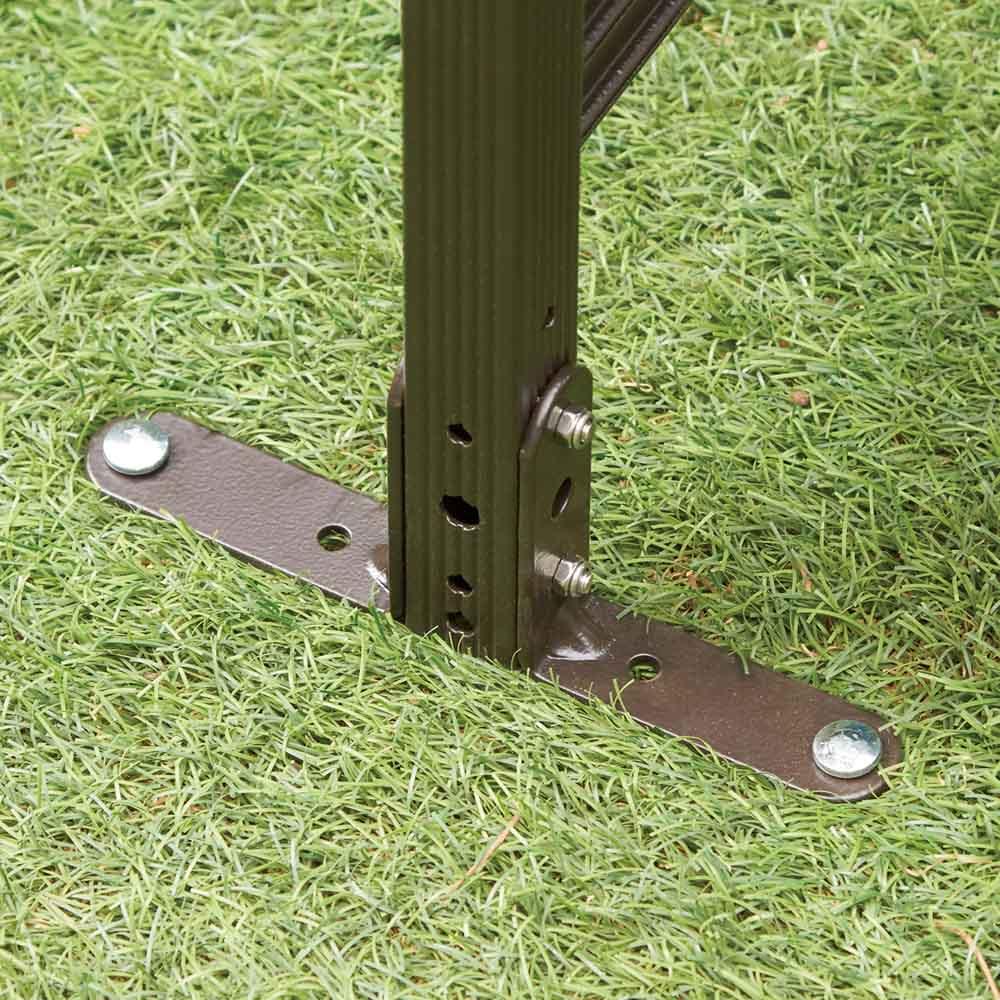 簡単リフォーム目隠しラタン調フェンス 幅120cm ロータイプ 1枚 【固定パーツ付き】脚部用のL字金具とペグで地中にしっかり固定。連結部も付属部品で固定できます(コーナー使いも可能)。