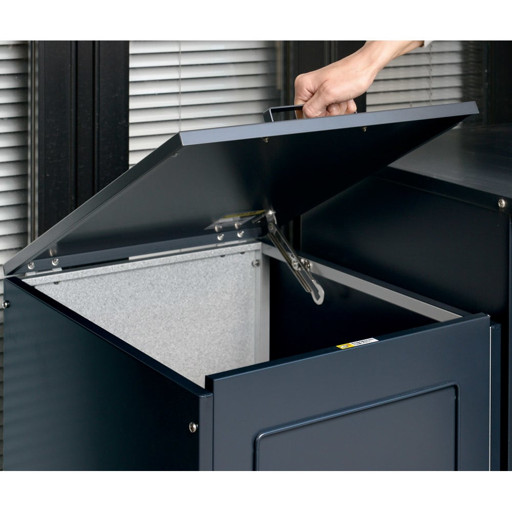 欧風キャスター付きダストボックス 135L フタは開けやすい取っ手付き。キャスターも付いているので取っ手ごと引っ張れば移動がラクにできます。