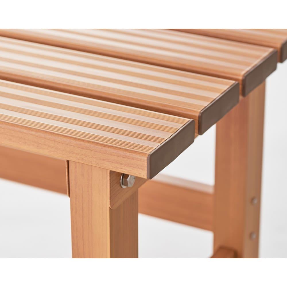 天然木調アルミデッキ縁台 デッキ幅90奥行90cm 天板にはスリットがはいっており、滑りにくいように工夫。