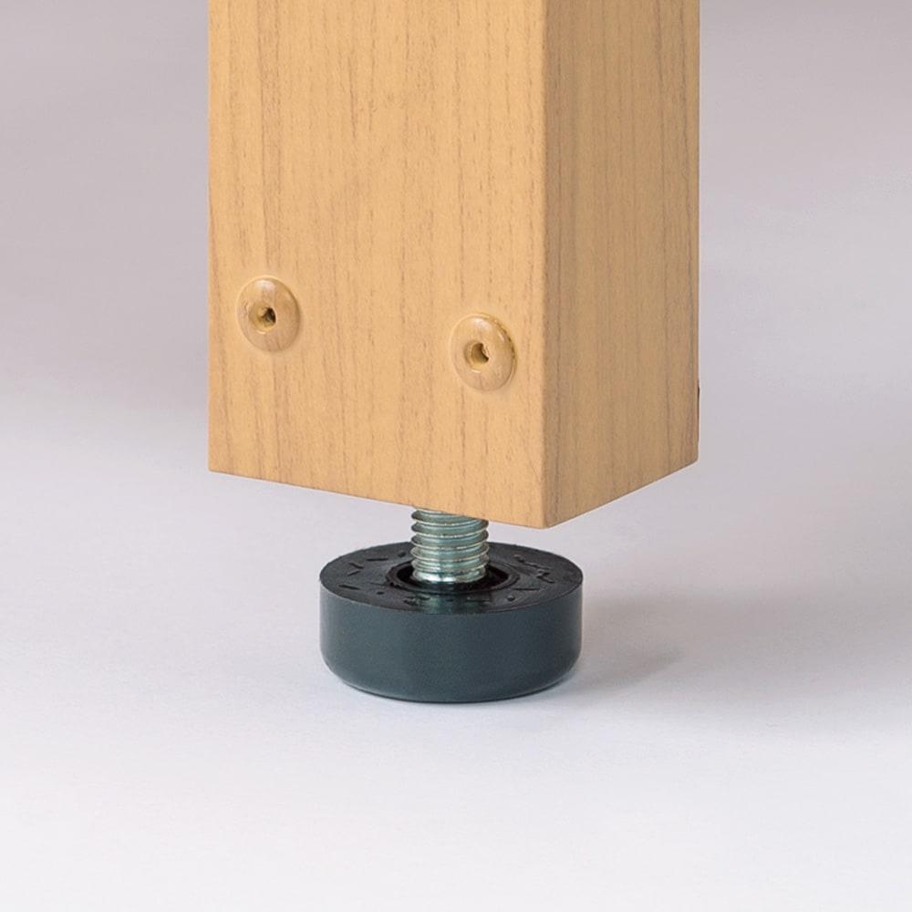 天然木調アルミデッキ縁台 デッキ幅90奥行90cm 脚部には接地面とのガタつきを防ぐ、高さ調整アジャスターを装備しています。