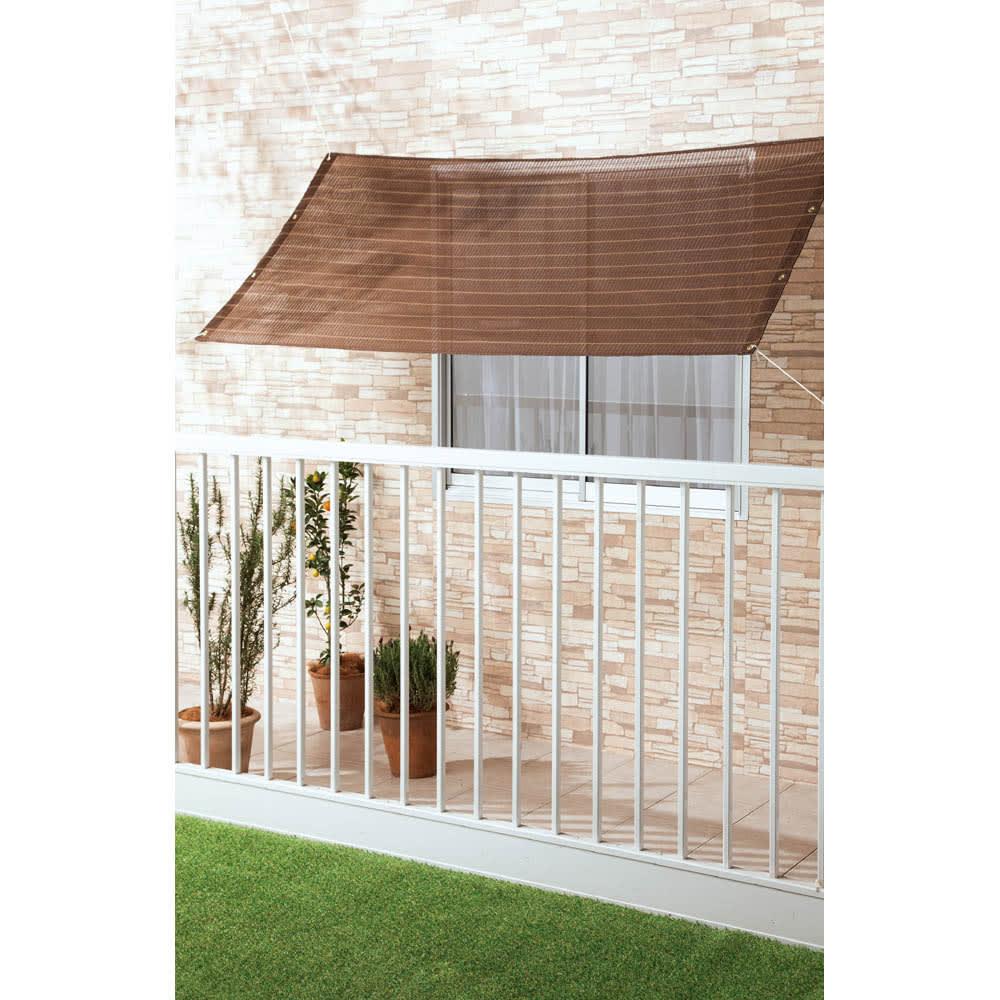 サマーオーニング タープ (エ)ブラウンストライプ 外への視線や風の通りを遮らない100×200cmのコンパクトサイズは、ベランダ窓などのひさし代わりにも。