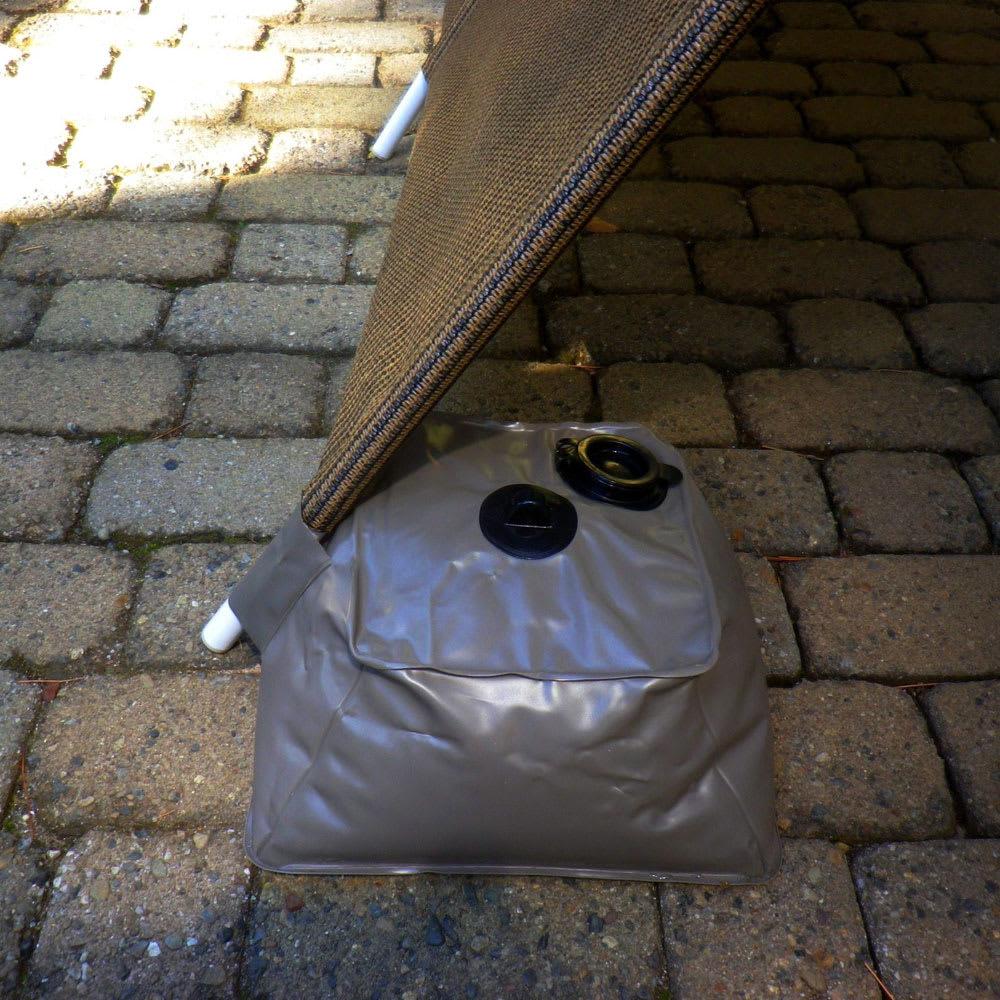 サマーオーニング洋風たてす 高さ240cm ウェイト袋には、たてす支柱を挿し込める構造。しっかり固定でき、倒れるのを防ぎます。
