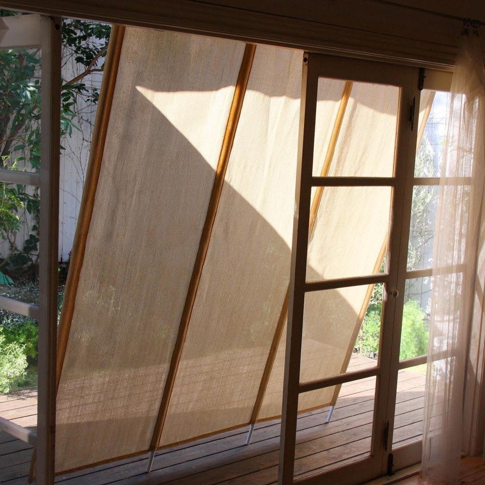 サマーオーニング洋風たてす 高さ300cm 窓際をふさがず風を通すのも「たてす」ならでは特長。
