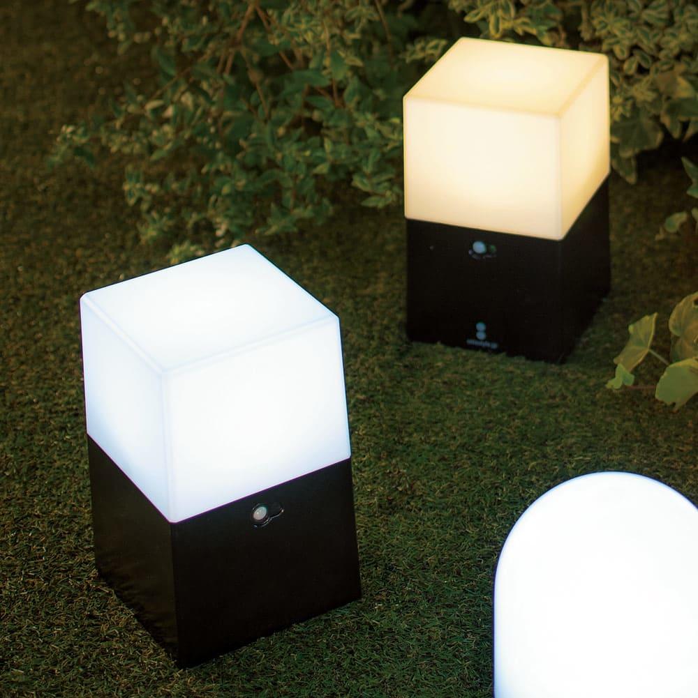 電池式LED人感センサーライト 2個組・角 左から(ア)昼白色、(イ)電球色 ※お届けは角型タイプ2個組です。