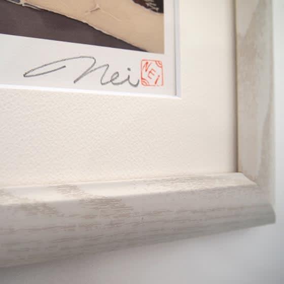 フミリスとハチドリ 作品には全てエディションナンバーと作者の直筆サインが入ります。額の自然の木目を生かした木製額。シンプルで温かみのある額です。