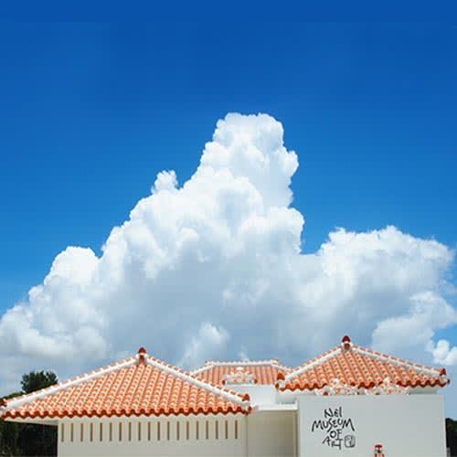 落陽の赤瓦塀(アカガワラベイ) 石垣島の南西、竹富島をのぞむ富崎観音堂のそばに建つネイミュージアム(NEI MUSEUM OF ART)