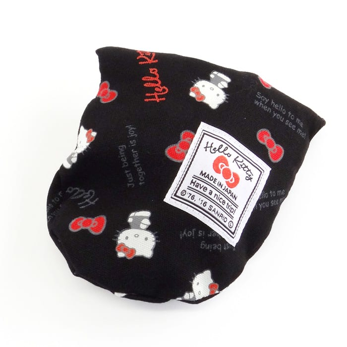 Hello Kitty(ハローキティ)/スタンダードロゴ柄 ミニネックピロー 小さめサイズ・キッズ向き (ア)ネックピローは、背面のポケットに収納でき、小さく携帯できます。