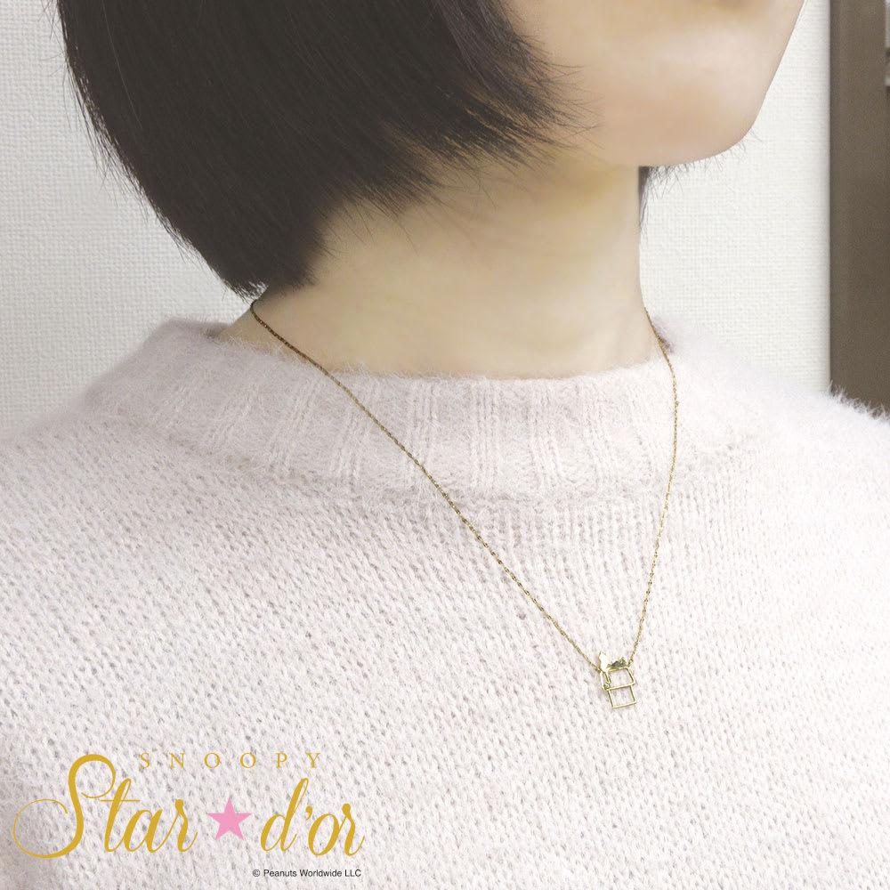SNOOPY(スヌーピー)/Star★d'or  Wishing Star  ドッグハウスペンダント|PEANUTS (ア)ゴールド/着用イメージ