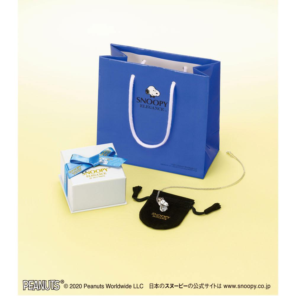 SNOOPY(スヌーピー)/スヌーピーと奇跡のきらめき 1カラットのプレミアムCZとダイヤモンドの宝飾ペンダント 特製ポーチとともにリボン付きのギフトケースに収め、オリジナル紙袋を添えてお届けします