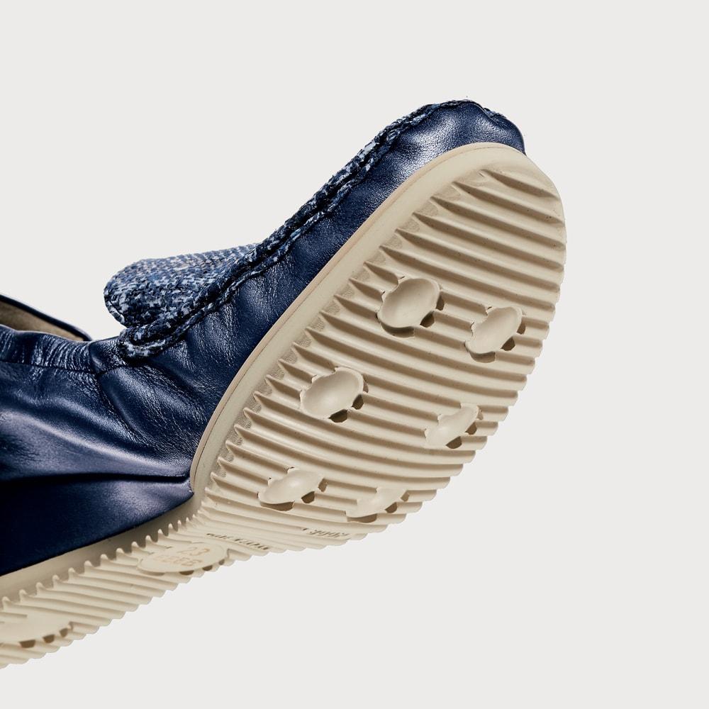 マダム・ナディーヌの魔法の4Eシューズ 靴底は滑りにくい凸凹が