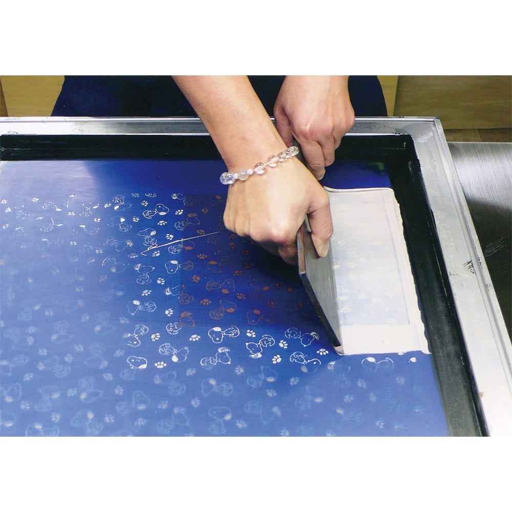 【WEB】SNOOPY(スヌーピー)/ほんわかスヌーピー 印伝の手帳型ケース PEANUTS スヌーピーの姿を切り抜いた型紙を市価側にのせて摺り込みます。
