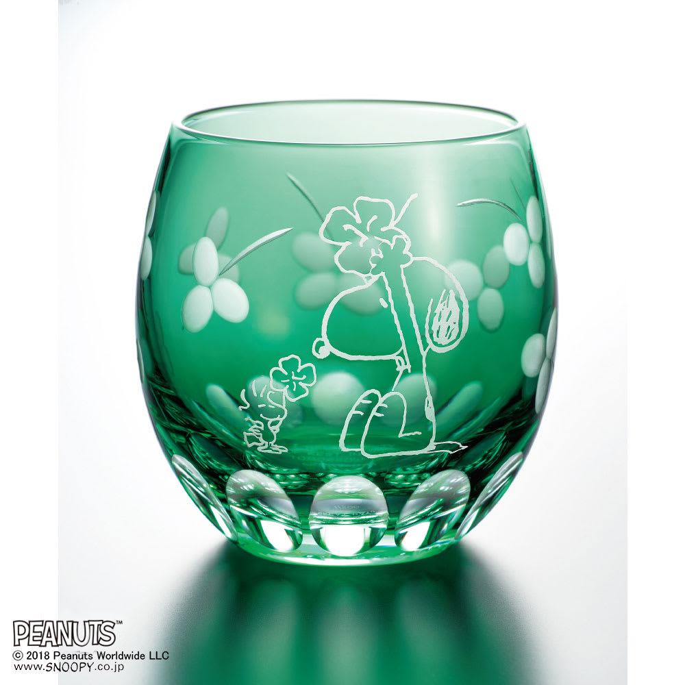 SNOOPY(スヌーピー)/江戸切子グラス ほのぼの若草色|PEANUTS 新緑の中、四つ葉のクローバーを沢山見つけて喜ぶスヌーピーとウッドストック