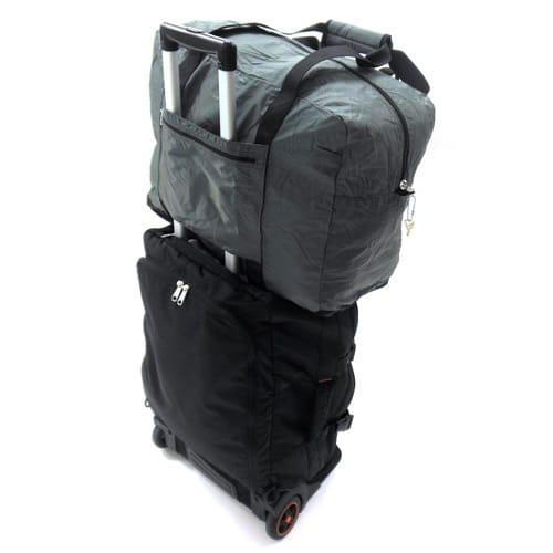 SOLO TOURIST(ソロツーリスト)/折りたたみキャリーオン・ショルダーバッグ 37 キャリーケースのフレームに通して上に載せておくことができます。
