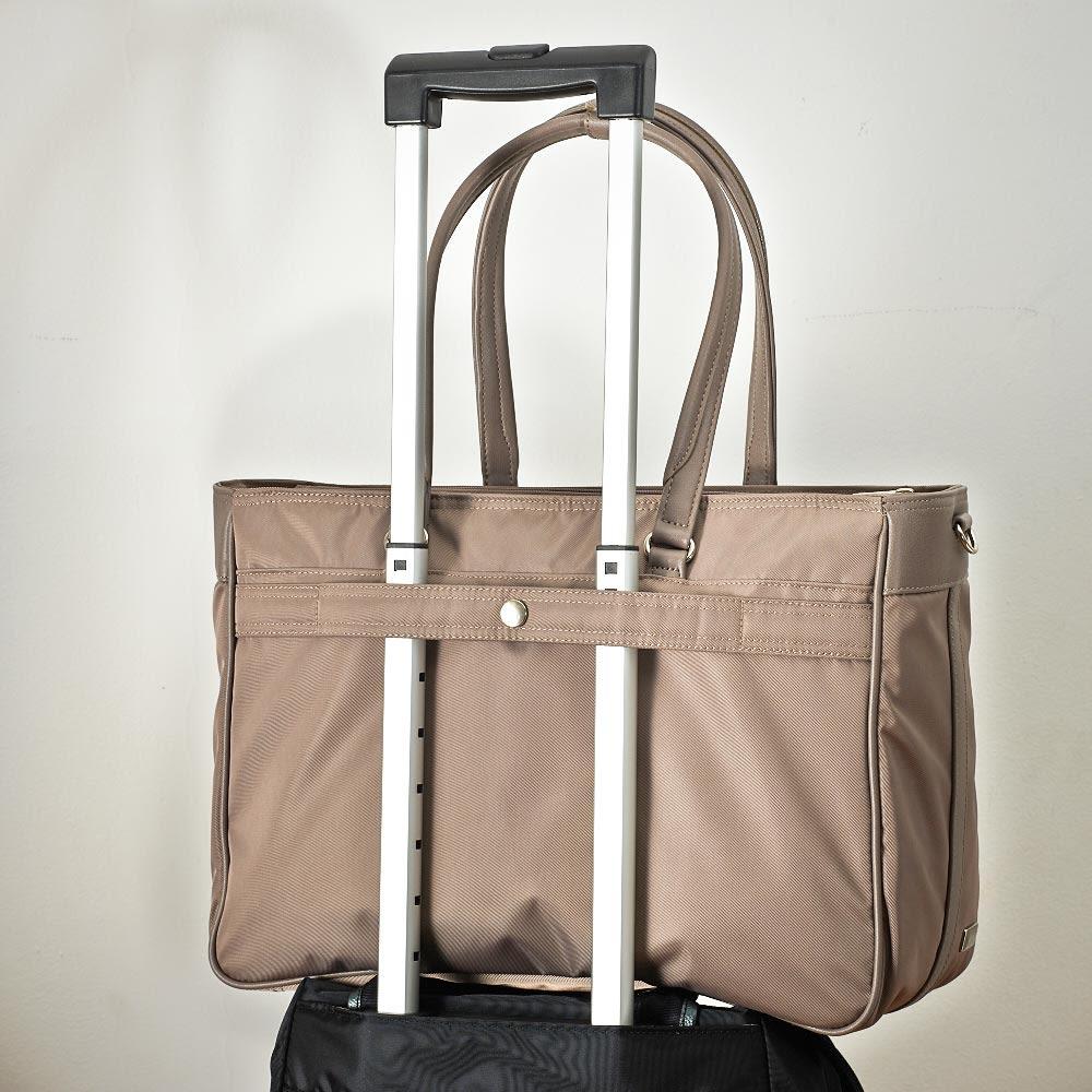 ace.GENE(エース ジーン)/ビエナ 2気室ビジネスバッグ 背面にはキャリーケースにセットアップできるベルト付で、出張時にも活躍します。