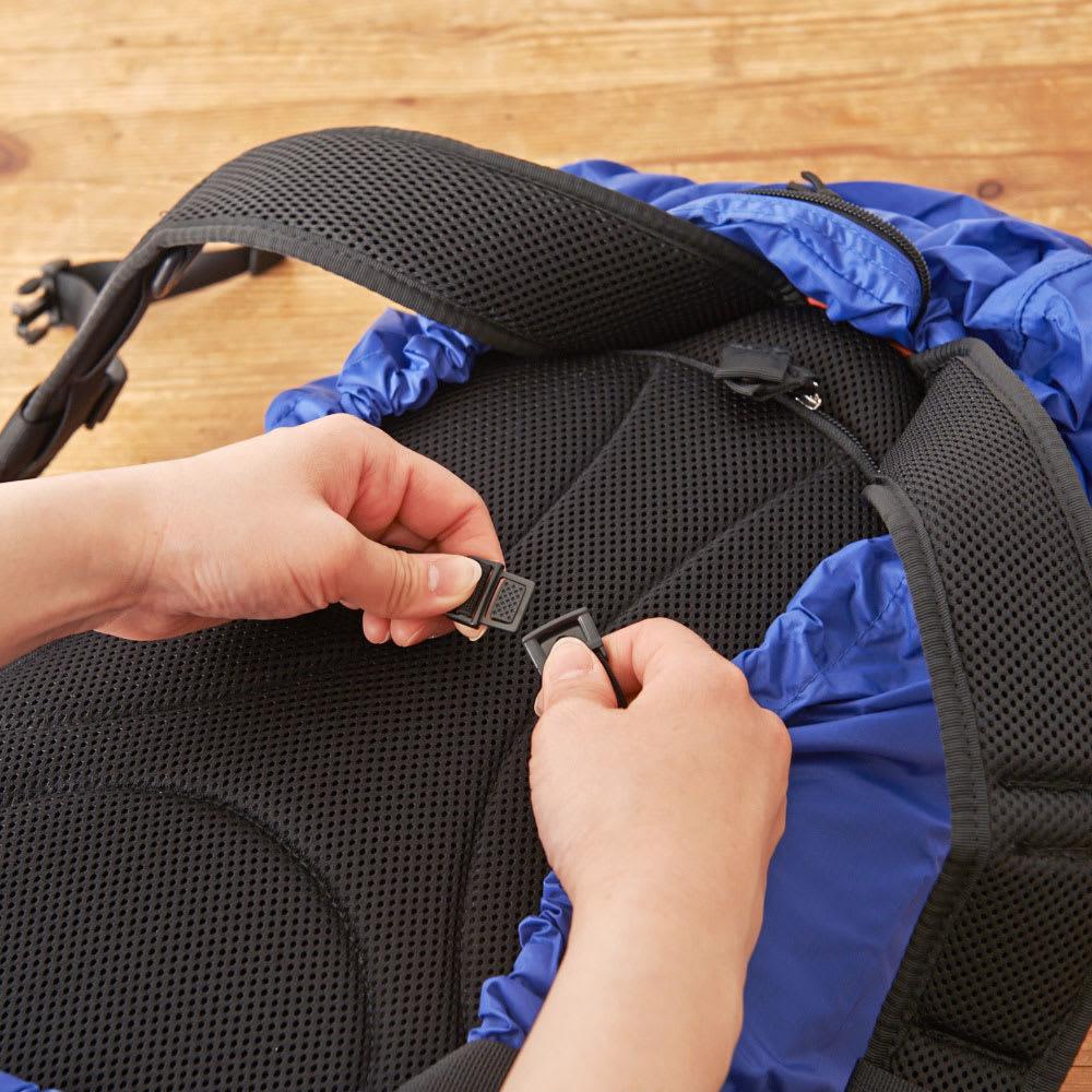 SOLO TOURIST(ソロツーリスト)/テフロン加工リュックサックカバー 脱落防止のためにベルトも付いています。