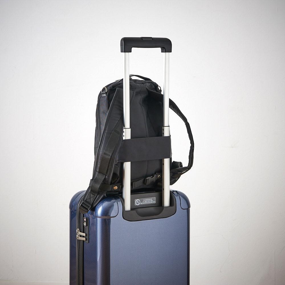 マリ・クレール オム A4対応2WAYリュックサック 背面にはお手持ちのスーツケースにセットアップできるベルト付き