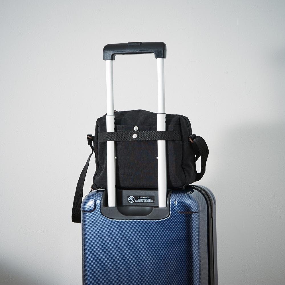ace.(エース)/WORLD TRAVELER(ワールドトラベラー) B5対応ショルダーバッグ 背面側にはスーツケースにセットアップできるベルト付で旅先でも活躍。