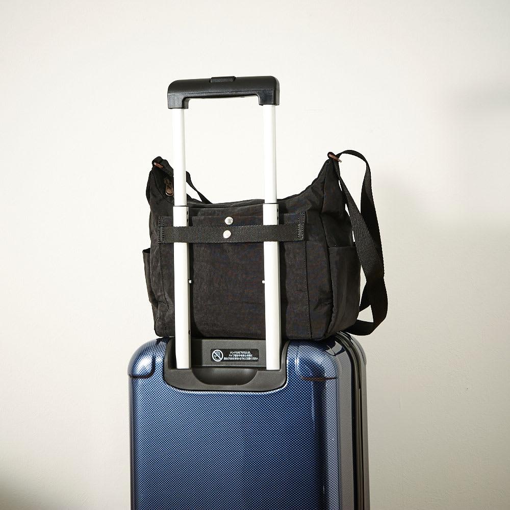 ace.(エース)/WORLD TRAVELER(ワールドトラベラー) 舟形ショルダーバッグ 背面側にはスーツケースにセットアップできるベルト付で旅先でも活躍。