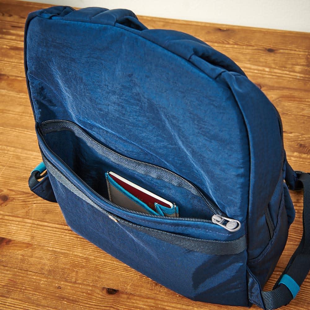 ace.(エース)/WORLD TRAVELER(ワールドトラベラー) リュックサック 背面側には貴重品を入れるのに便利なファスナーポケットがついています。