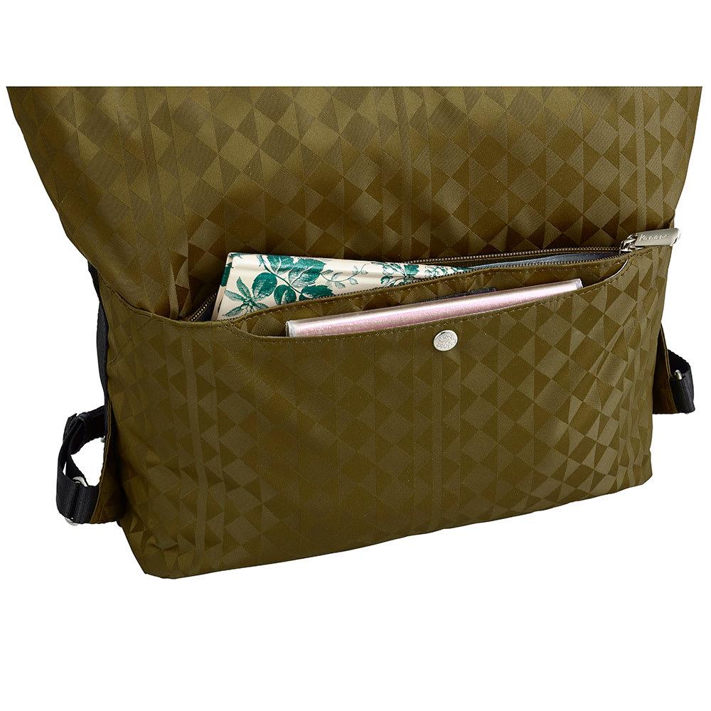 カナナプロジェクト モノグラム 2WAYリュック(小サイズ) 背面には貴重品管理に便利なファスナーポケット付き