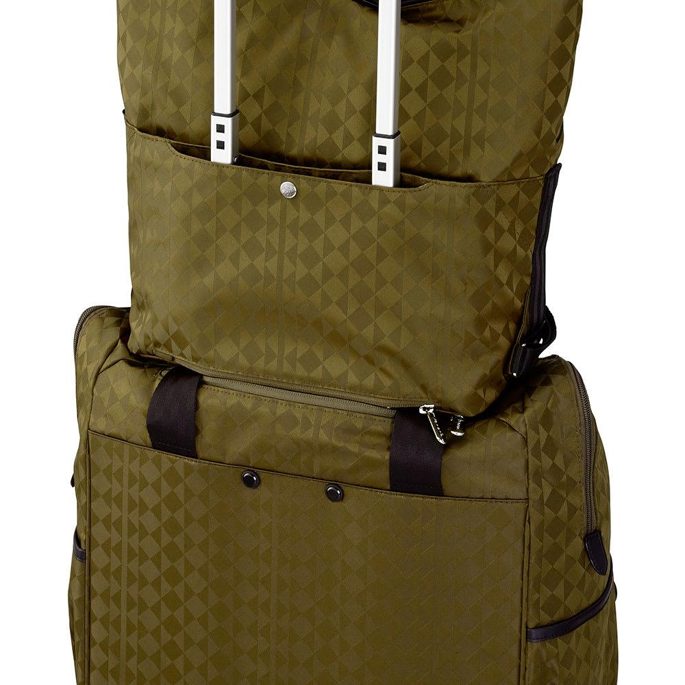 カナナプロジェクト モノグラム トートボストンバッグ 背面ポケットの底部ファスナーを開ければ、トローリーにセットアップ出来ます。(※画像は商品番号:NV14-04になります)