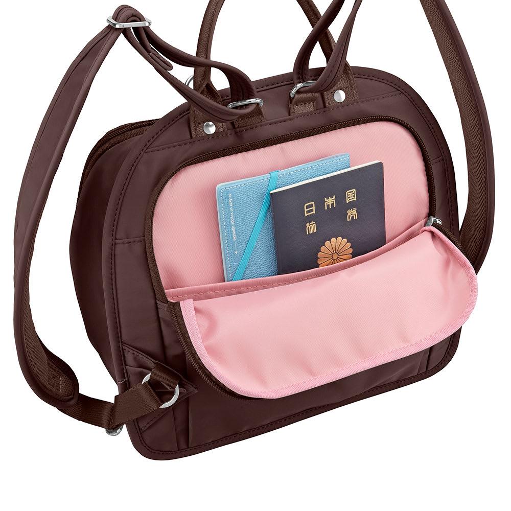 カナナプロジェクト 2WAYリュック 中サイズ 体に近い背面ポケットには貴重品を収納。(画像は商品番号:NV17-81になります。)