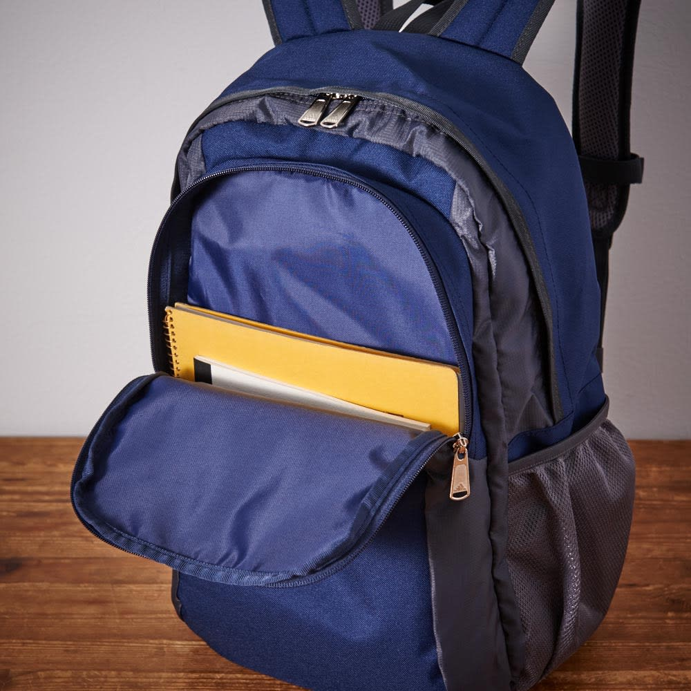 adidas(アディダス)/リュック(22L) フロントのファスナーポケットは、すぐに取り出したいスマホなど、よく使う小物をいれるのにも便利です。