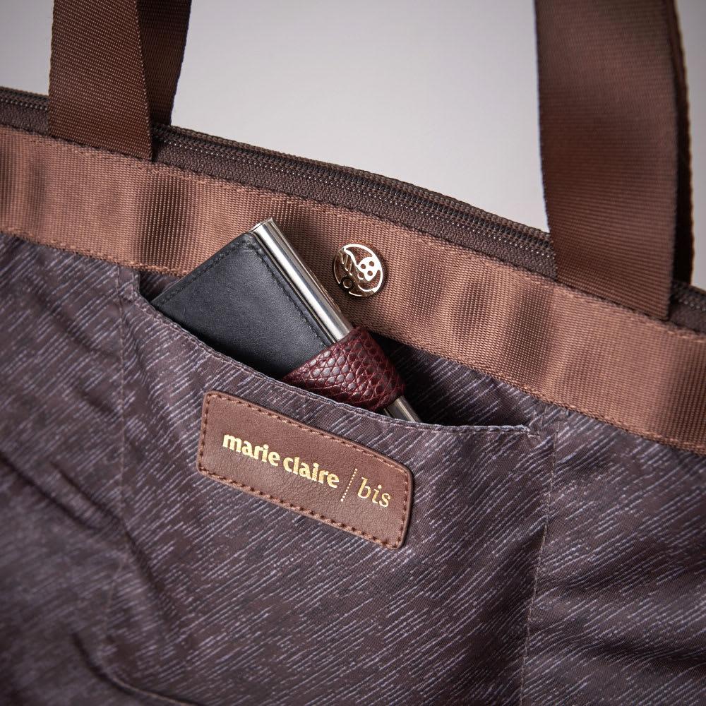 marie claire bis(マリクレール ビス)/A4対応トートバッグ 前面には、さっと取り出したい定期入れや小物などを入れるのに便利なオープンポケットがついています。