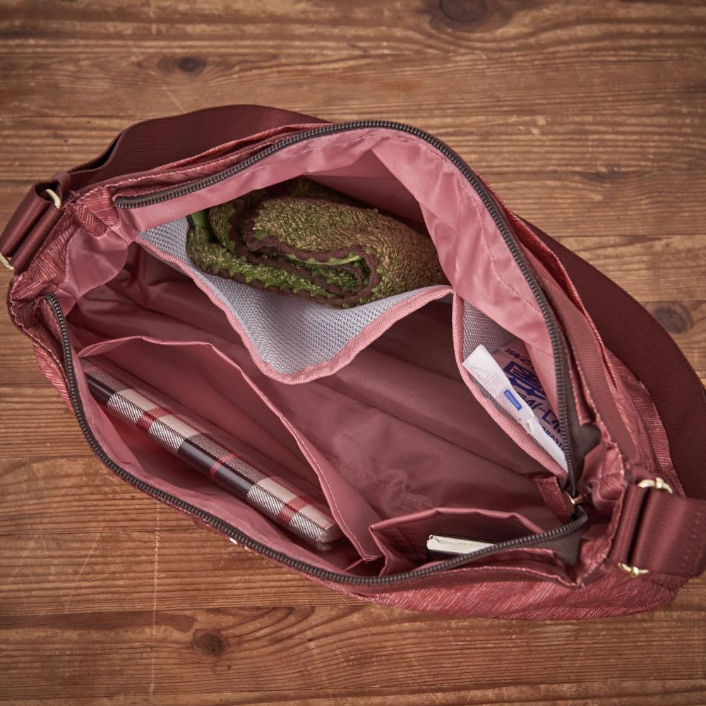 marie claire bis(マリクレール ビス)/底マチが広がる横型ショルダーバッグ 内装は1気室で、B5サイズ(横向き)が収納可能。また小物の収納、仕分けに便利なオープンポケットが充実。