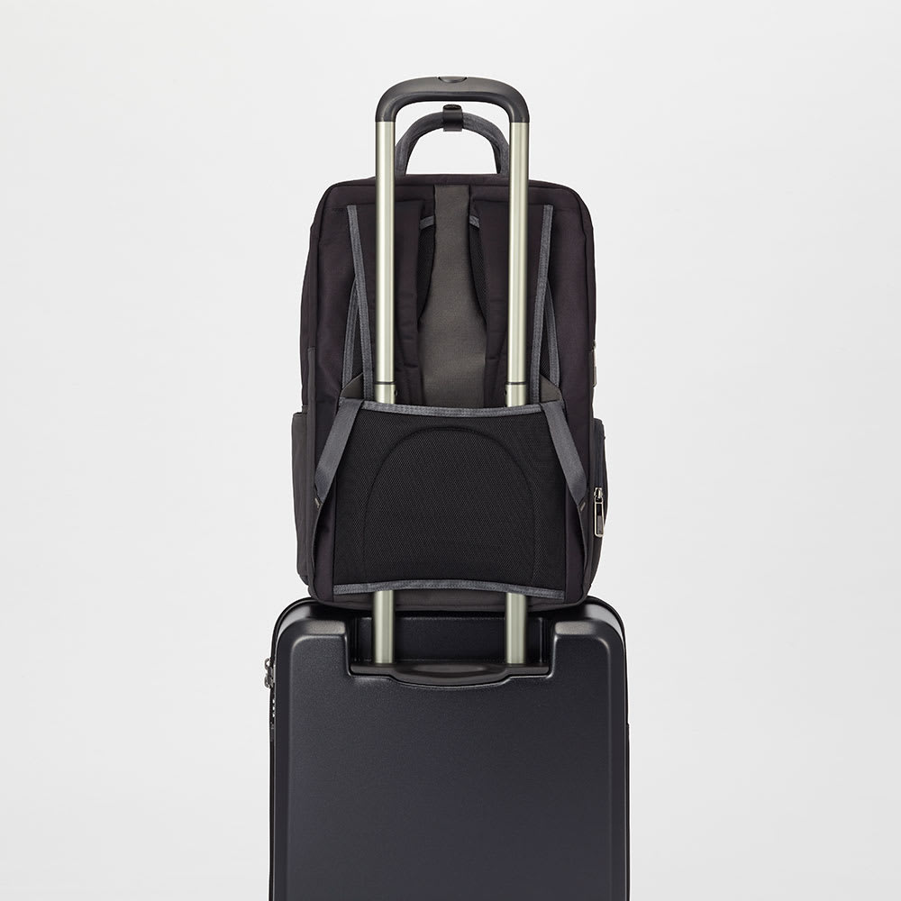 ace.GENE(エース ジーン)/Wシールドパック ビジネスリュック 背面にはスーツケースなどのハンドルに通して固定が出来るセットアップ機能を搭載。(※画像は商品番号:NV29-86のB4対応サイズです)