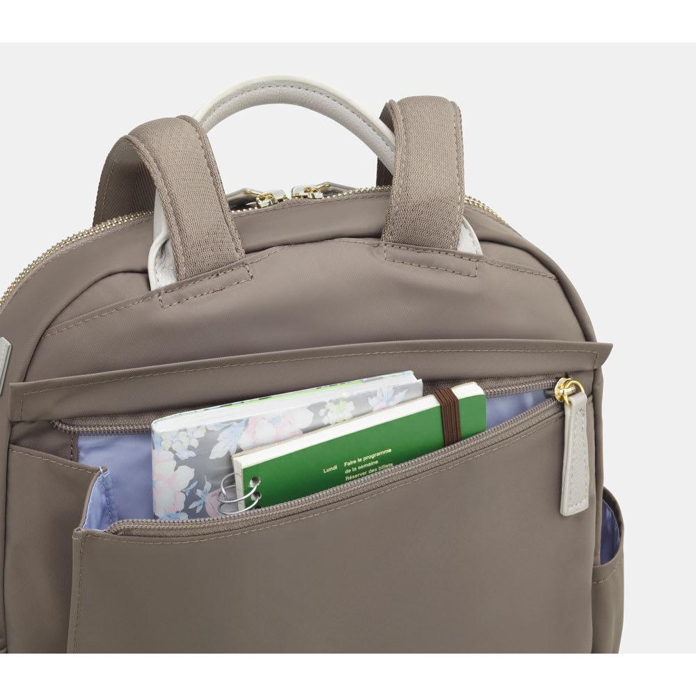 カナナプロジェクト/デイリーユースにぴったりのリュックサック 小 背面のファスナーポケット。幅広の物も入ります。