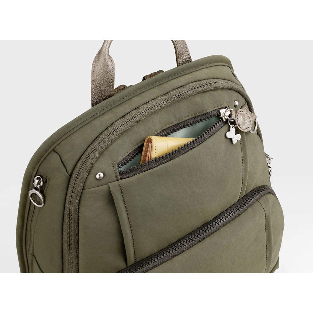 カナナプロジェクト/フリーウェイリュック 中 フロントには小さなアイテムの収納に便利なミニポケット