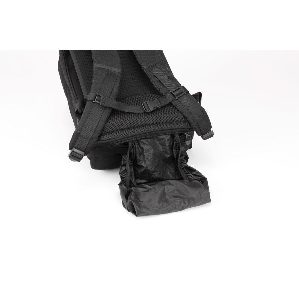 ace.GENE(エース ジーン)/ラパック エアV A4サイズバックパック レインカバーは背面下部のポケットから引き出して簡単に装着ができます