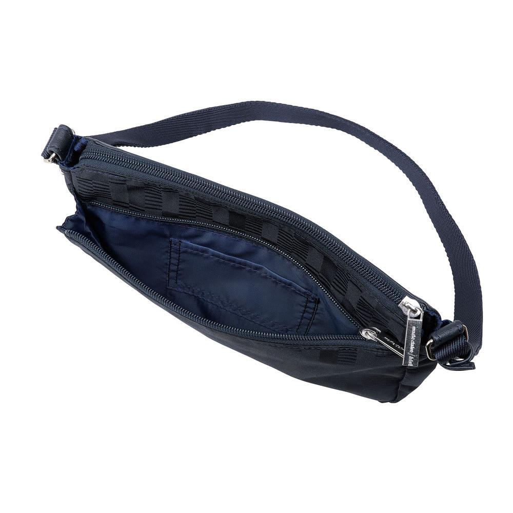 marie claire bis(マリ・クレール ビス)/ソフィア コンパクトショルダー 背面にもファスナーポケットが付いています