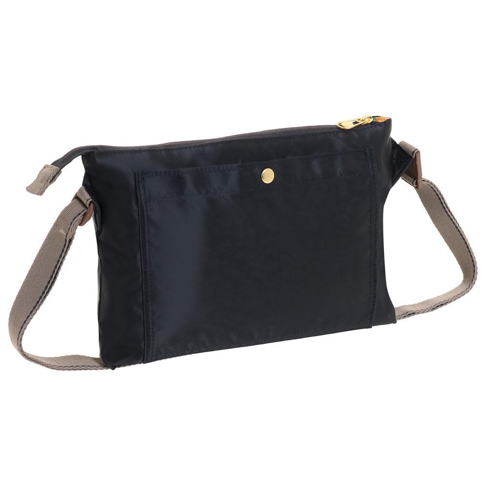 WORLD TRAVELER(ワールドトラベラー)/薄マチショルダーバッグ 館内案内やトラベラーズノートをさっと取り出せる背面ポケット