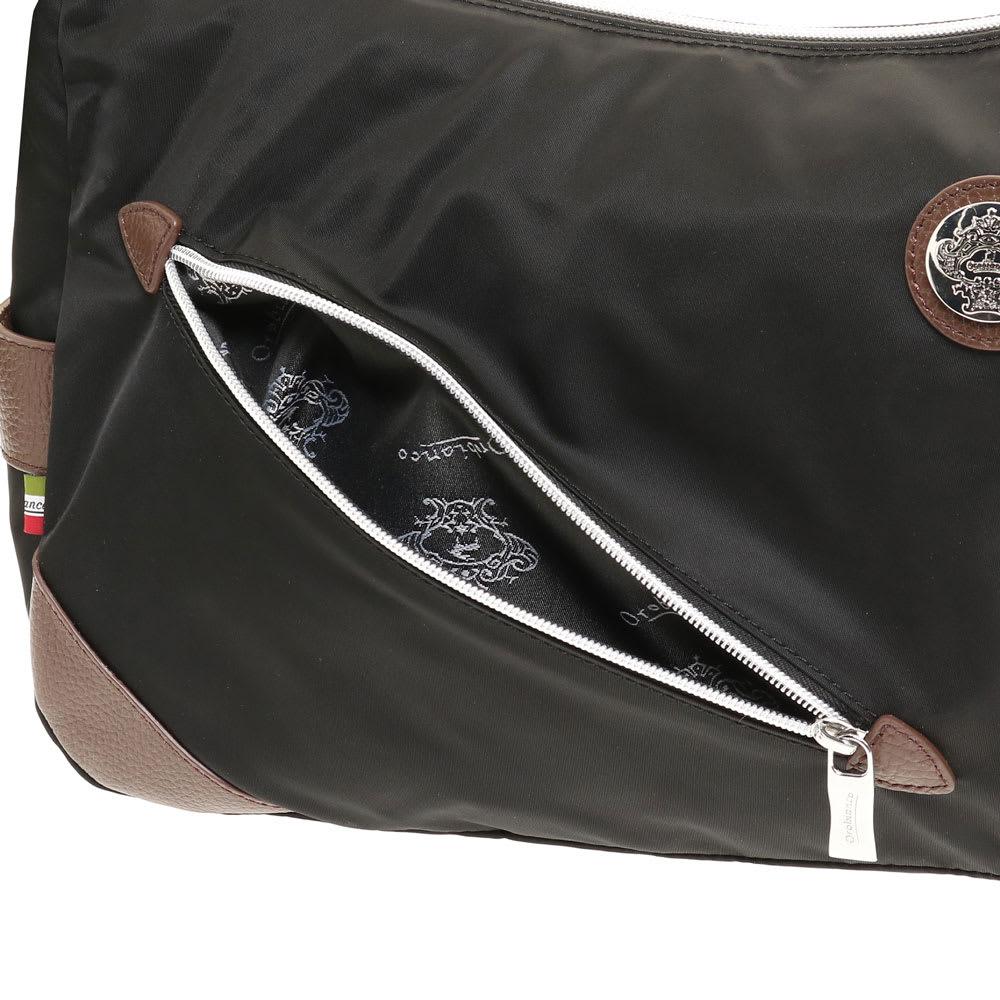 Orobianco(オロビアンコ)/2WAYショルダーバッグ 本体正面にはさっと取り出したい定期やスマホの収納に便利なファスナーポケット付き