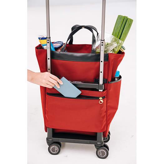 SOELTE/アルディートTR 普段のお出かけをしっかり支えるトローリーバッグ 後面に大きめポケットがあり、財布やスマートフォン入れにぴったり。
