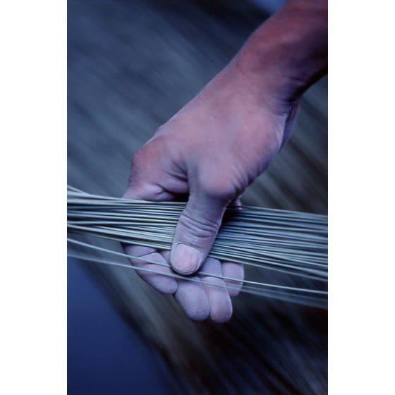 添島勲商店/い草 ロッタ スリッパ(対応約22~25cm) (2)藺草のチェック:いぐさ製品の中で一番上質のいぐさを必要とする掛川のために、入念にいぐさを選別する。いぐさ草の長さは主に130cm以上の中太で径が揃ったものが選ばれる。