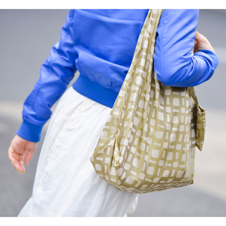 創業1866年槙田商店/傘生地を使ったポータブルバッグ(エコバッグ) ジャカード織 スクエアドット柄 マチもたっぷり。大きめのレジ袋に合わせた大きさにしました。