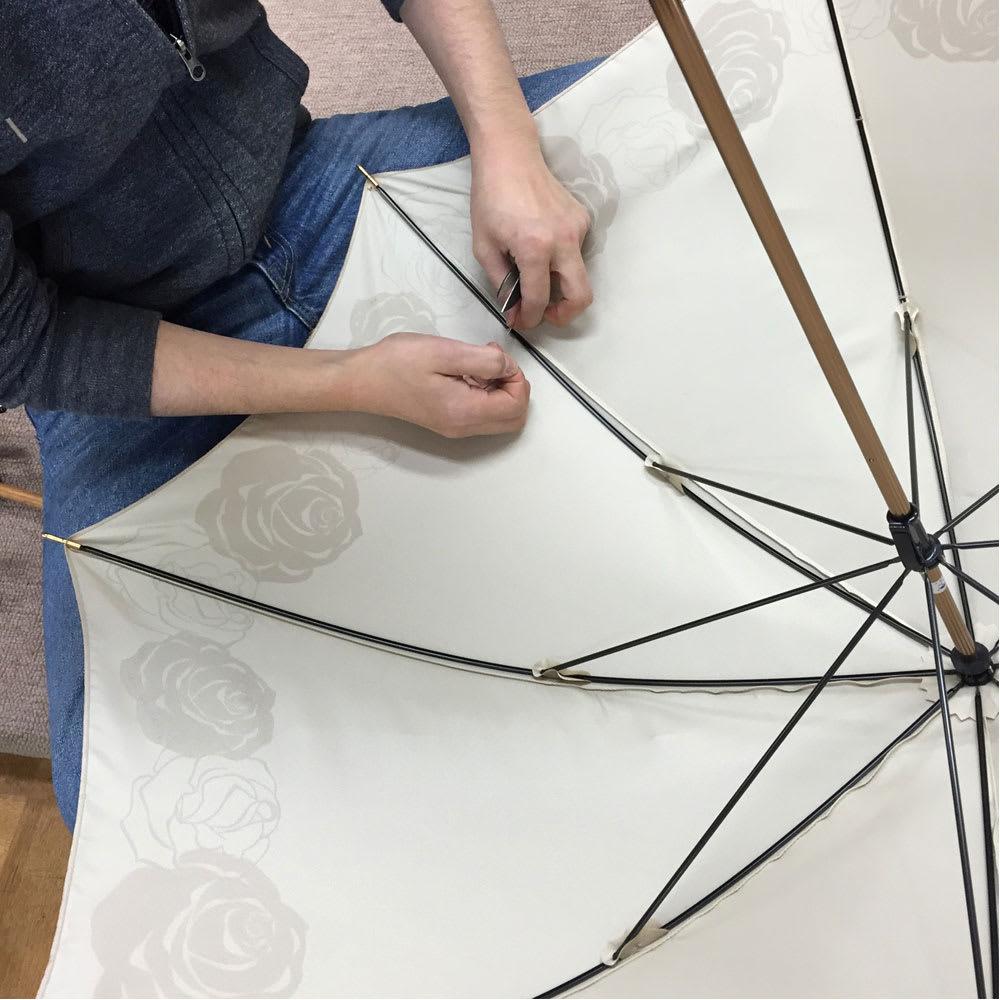 創業1866年槙田商店/ジャカード織 晴雨兼用長傘(UVカット加工) 絵おり 百合/黒 親骨と傘生地を1本1本丁寧に縫い付けます