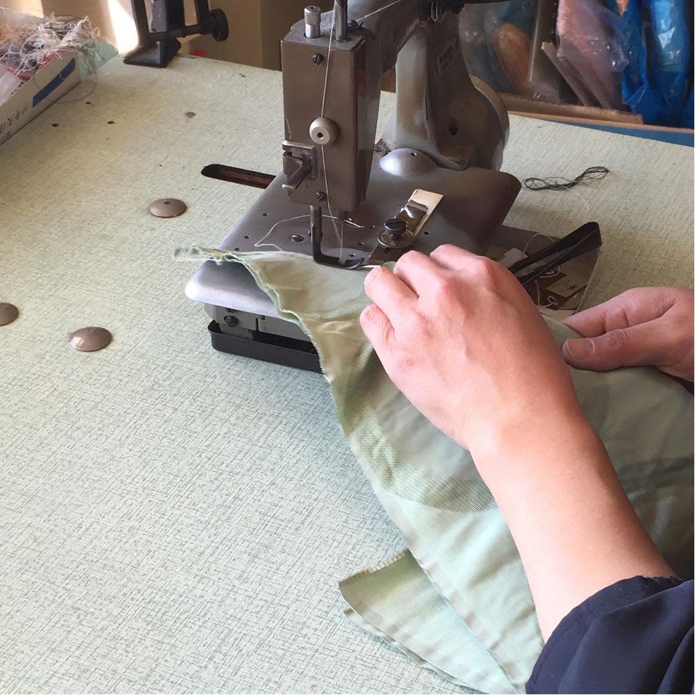 創業1866年槙田商店/ジャカード織 晴雨兼用長傘(UVカット加工) 絵おり 百合/ベージュ 中縫い:三角形の小間を1枚1枚ミシンで縫製していきます
