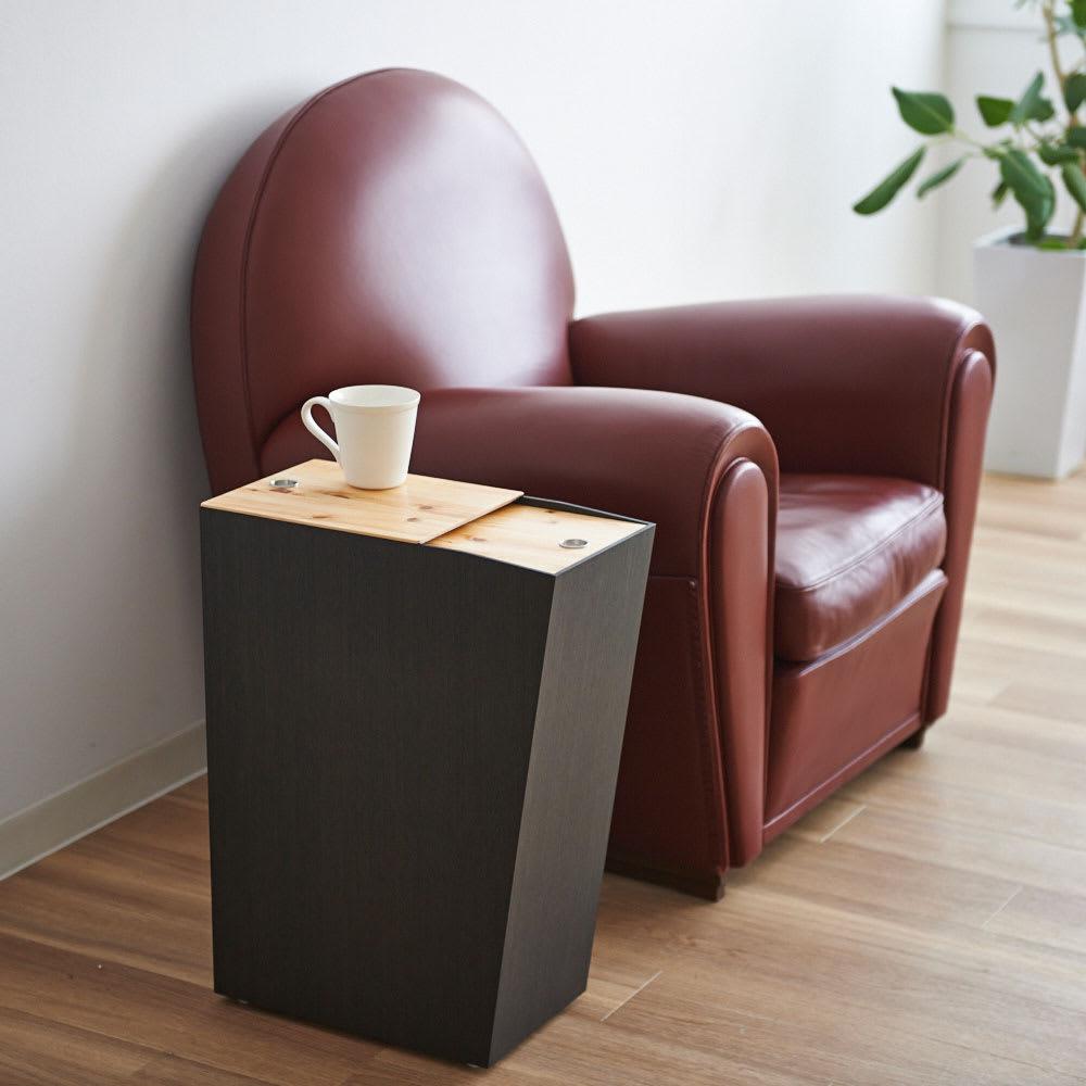 橋本達之助工芸/紀州檜天然木リビングダストボックス容量45L(2分別対応可能)|ゴミ箱 ソファサイドに。テーブル天板は片方だけの開閉が可能で、天板上のカップなど持ち上げることなくゴミを捨てられます