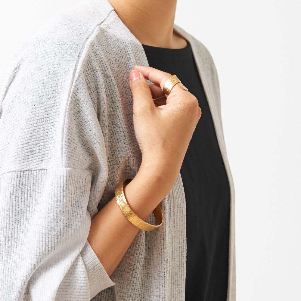 NAGAE+(ナガエプリュス)/TIN BREATH Ring ティンブレスリング ゴールド色 着用例(同シリーズのブレスレット商品番号:N53052~56もございます)